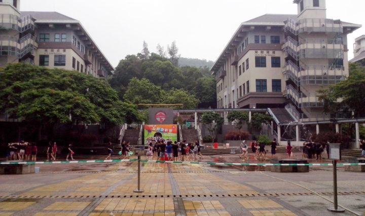 Wasserspiele auf dem großen Platz am Eingang.