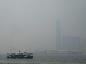 Kowloon im Nebel mit Star Ferry